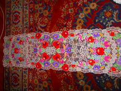 Kalocsai hímzett  riselt terítő  125 cm X 36 cm