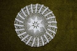 Horgolt csipke kézimunka lakástextil dekoráció kis méretű terítő asztalközép 15,5 cm