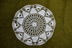 Horgolt csipke kézimunka lakástextil dekoráció kis méretű terítő asztalközép nipp alátét 17 cm