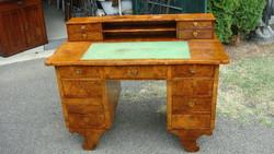 Felépítményes Biedermejer tizenhárom fiókos íróasztal.Kitünő állapotban.