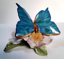 Herendi pillangó virágon