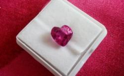4.30 karátos szív formájú pink zafír drágakő tanúsítvánnyal