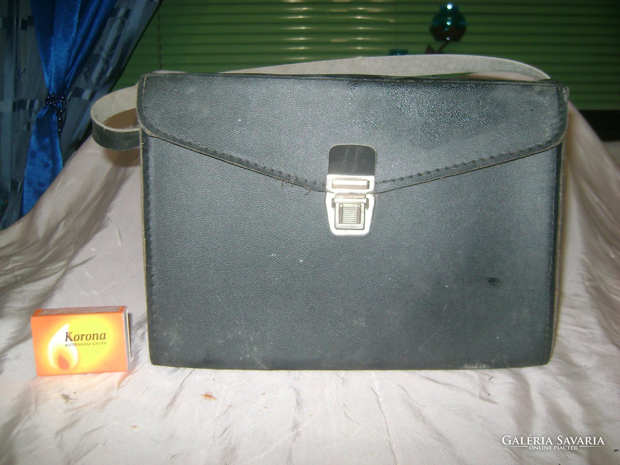 Retro pumpás vérnyomásmérő dobozában, papírjaival - Otthon..